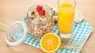 Śniadanie - płatki, sok z pomarańczy, suszone owoce