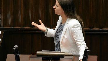 Karolina Elbanowska razem z mężem stworzyła inicjatywę ''Ratujmy maluchy''. Małżeństwo sprzeciwia się wysyłaniu 6-latków do szkół