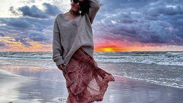 Zwiewna spódnica i sweter to świetne połączenie na chłodniejsze dni