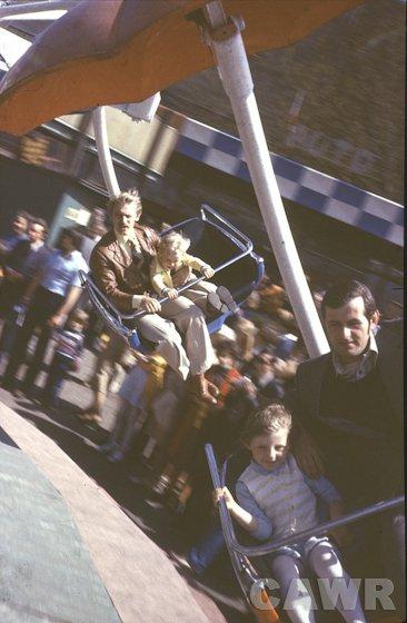 Wesołe miasteczko przy skrzyżowaniu ulic Okopowej i Alei Świerczewskiego dzisiejszej Solidarności (1975 r.). Wł. Bogdan Rogalski