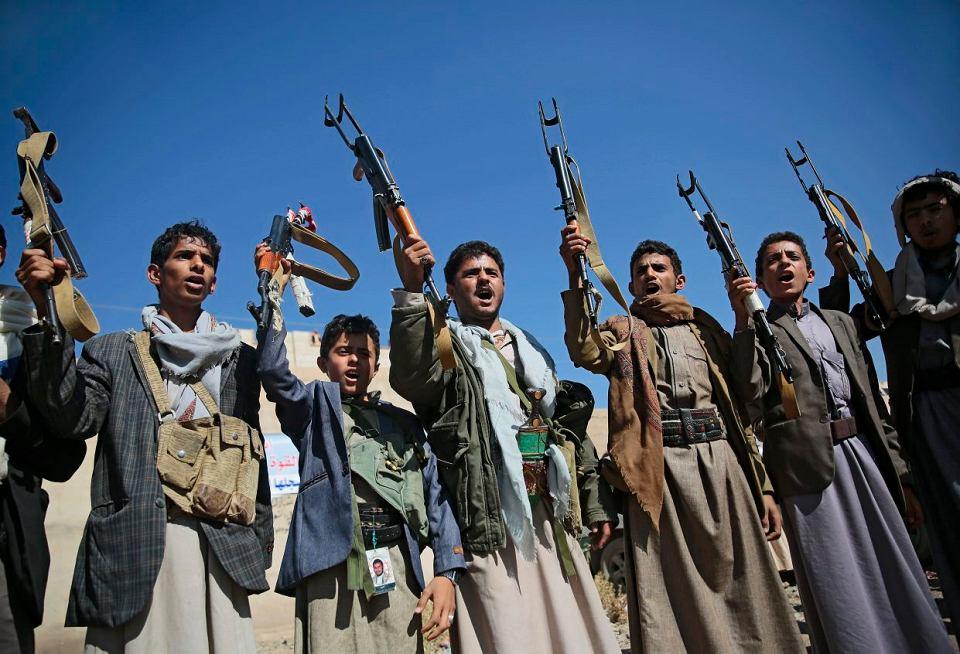 Plemienni bojownicy sprzyjający rebeliantom Huti podnoszą w górę broń na znak radości z powodu sukcesu rozmów pokojowych prowadzonych w Szwecji pod auspicjami ONZ
