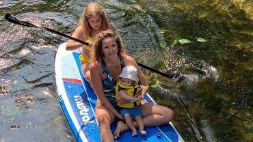Monika Mrozowska pływa na desce z dziećmi. Fanka: 'Mało odpowiedzialnie. Bez kapoków?'