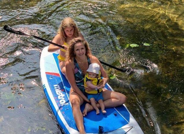"""Monika Mrozowska pływa na desce z dziećmi. Fanka: """"Mało odpowiedzialnie. Bez kapoków?"""""""