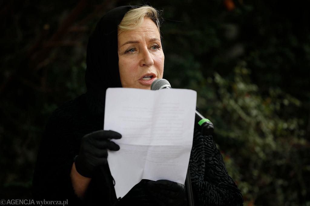 Krystyna Janda odczytała list od Krystyny Zachwatowicz z Krakowa na uroczystości odsłonięcia tablicy pamiątkowej przed domem na rogu ul. Śmiałej i Haukego-Bosaka na Żoliborzu, gdzie mieszkała z Andrzejem Wajdą