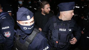 Dobromir Sośnierz opuszcza Sejm w kordonie policji