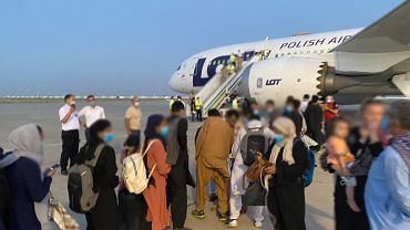 Do Kabulu poleciały dwa wojskowe transportowce C-130 Hercules i mniejsza Casa C295M. Do kraju uciekinierzy przylecieli na pokładzie dreamlinera LOT-u, którego z Polski wysłano do Uzbekistanu (na zdjęciu)