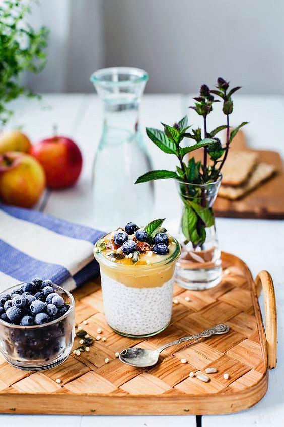 Pudding chia z jabłkiem i jagodami to bomba witamin i mikroelementów.