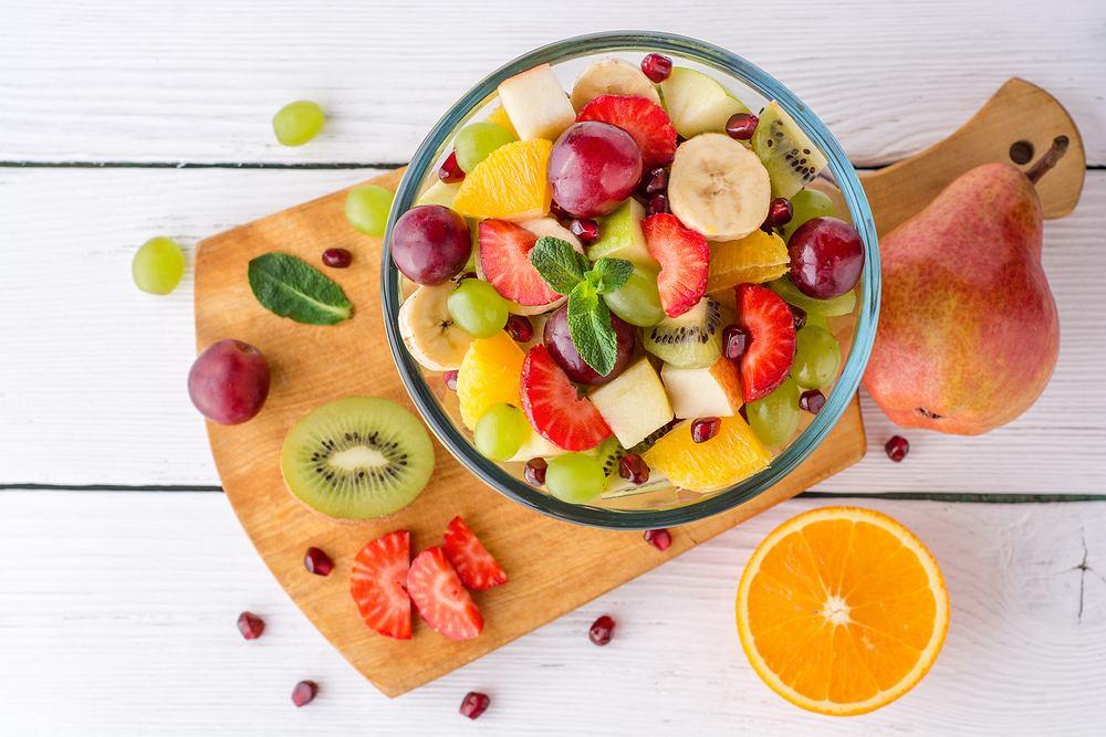Sałatka owocowa sprawdzi się na deser, na przyjęcie lub jako element lunchu do pracy lub szkoły