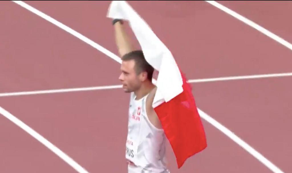 MIchałDerus (igrzyska paraolimpijskie w Tokio) ze srebrnym medalem. Źródło: Twitter