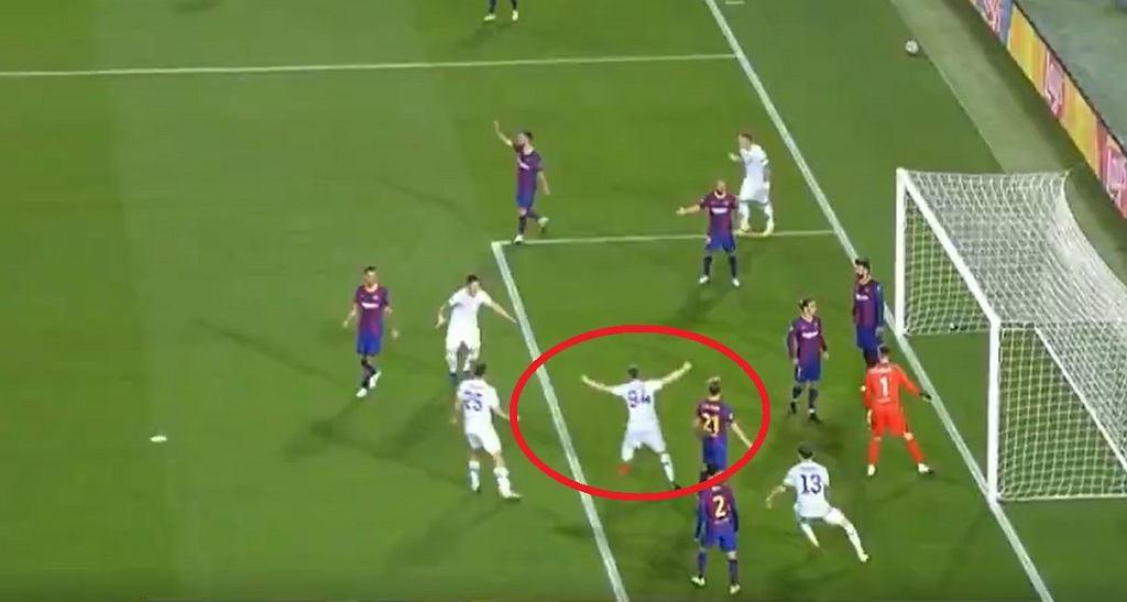 Tomasz Kędziora cieszy się z gola w meczu z Barceloną. Został jednak nieuznany