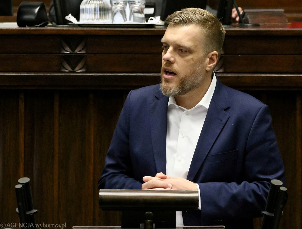 Adrian Zandberg w Sejmie podczas debaty po expose premiera rządu PiS Mateusza Morawieckiego, 19.11.2019