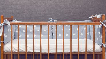Ochraniacz do łóżeczka umieszcza się od wewnętrznej strony, na szczebelkach. Jest wykonany z miękkiego materiału, z wypełnieniem