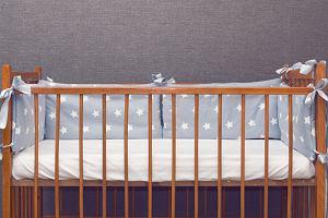 Ochraniacz do łóżeczka: chroni niemowlę czy stanowi zagrożenie dla jego życia?