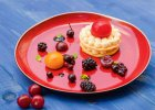 Ciastko francuskie z musem owocowym i świeżymi owocami - Zdjęcia