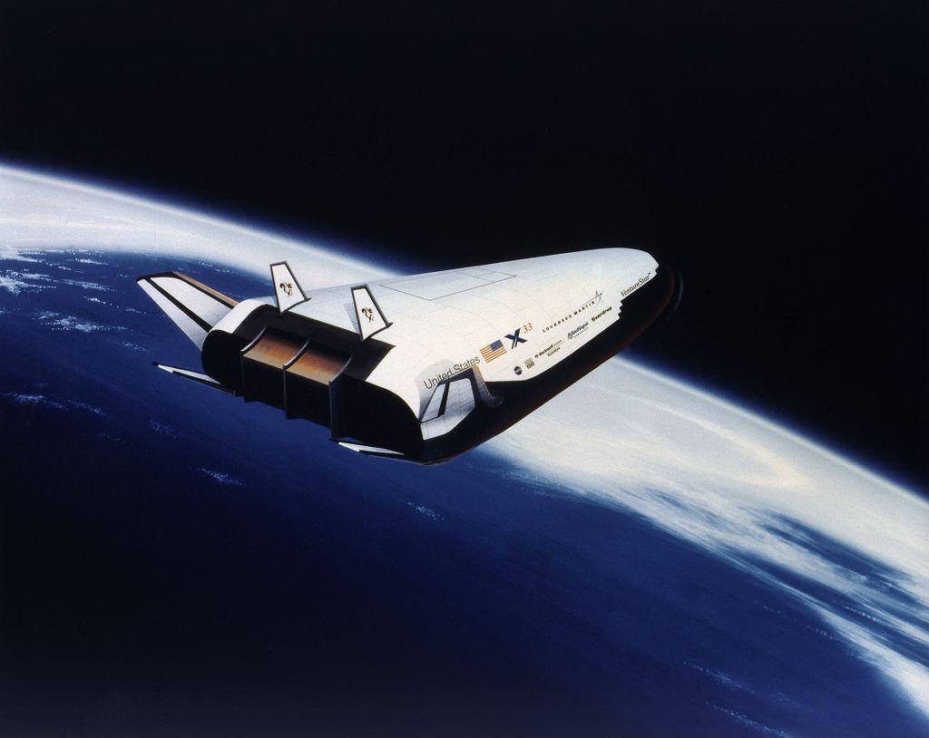 Grafika X-33, nigdy nie ukończonego przez NASA demonstratora samolotu kosmicznego. Program zamknięto w 2001 roku ze względu na problemy techniczne i koszty
