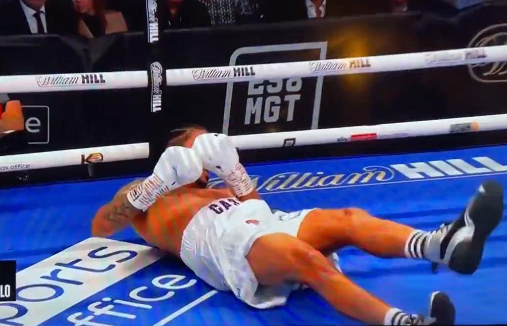 Smith brutalnie nokautuje