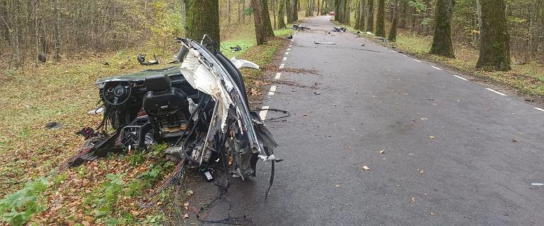 """Tragiczny wypadek koło Olsztyna. Auto rozerwane. """"Licznik zatrzymał się na 180 km/h"""""""