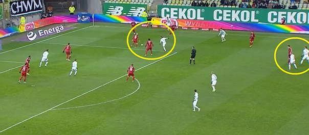Wisła próbuje wyprowadzić kontrę, Basha odzyskał piłkę, ale jest natychmiast naciskany. Szuka podania do przodu, ale do jego adresata natychmiast doskakuje dwóch rywali