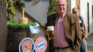 Prezydent Bayernu Uli Hoeness z kuflem piwa