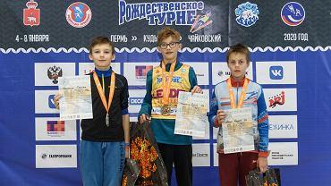 Tymoteusz Dyduch (Klimczok Bystra / SMS Szczyrk), Tymoteusz Cienciała (WSS Wisła / SMS Szczyrk) oraz  Marcin Kryska (Klimczok Bystra / SMS Szczyrk) na podium zawodów w Rosji
