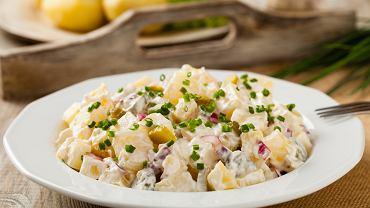 Sałatka z jajek i tuńczyka to prosta do przygotowania i pyszna przekąska na każą imprezę