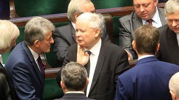 Jarosław Kaczyński w otoczeniu członków klubu PiS