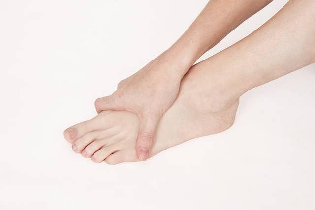 Zaczerwienienie i ból kończyny to najbardziej charakterystyczne objawy schorzenia