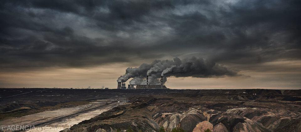 Elektrownia Bełchatów (na zdjęciu) to największa na świecie elektrownia  na węgiel brunatny, a także największy truciciel w całej UE.  Odkrywka węgla brunatnego w Złoczewie, położonym 50 km na zachód od Bełchatowa,  przedłuży życie elektrowni do mniej więcej 2060 r., za cenę ok. 17 mld zł