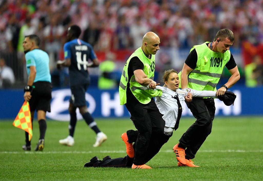 Ochrona usuwa z płyty boiska osobę zakłócającą mecz finałowy Francja Chorwacja.
