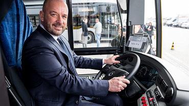 Prezydent Wrocławia Jacek Sutryk w jednym z kupionych za jego kadencji autobusów Mercedes