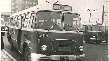 Wielu pasażerów wspomina je z sentymentem, choć wcale nie były wygodne. 14 lutego minęło 50 lat od kiedy na drogi w Gdyni wyjechały dwa pierwsze autobusy Jelcz 272 Mex, nazywane - z powodu swojego kształtu - 'ogórkami'. Jelczańskie Zakłady Samochodowe rozpoczęły produkcję autobusu Jelcz 272 Mex w 1963 r. na podstawie licencji Skody 706 RTO. Czechosłowackie 6-cylindrowe silniki wysokoprężne o mocy 160 koni mechanicznych pozwalały 'ogórkom' osiągać maksymalną prędkość 60 km/h.   Na zdjęciu - autobus linii 101, relacji Gdańsk-Gdynia.