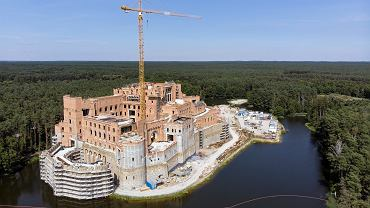 Słynny zamek w Puszczy Noteckiej, będzie w nim kilkanaście luksusowych mieszkań. Teraz to kuriozum, o którym rozpisywały się media, ale po wejściu w życie 'lex deweloper' takie obiekty nie powinny już nikogo dziwić
