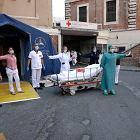 """We Włoszech najmniej zgonów od 25 dni. """"Epidemia koronawirusa przenosi się do domów"""""""