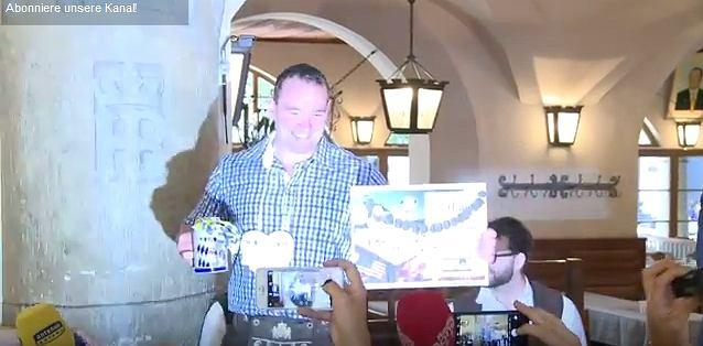Zdjęcie numer 4 w galerii - Jak wygląda bicie rekordu świata w noszeniu kufli z piwem? Zobaczcie