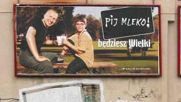 """Nabiał w diecie dziecka? Polacy uwierzyli Bogusławowi Lindzie, który odczarował picie mleka, a haslo kampanii - """"Pij mleko, będziesz wielki"""", weszło do potocznego języka"""