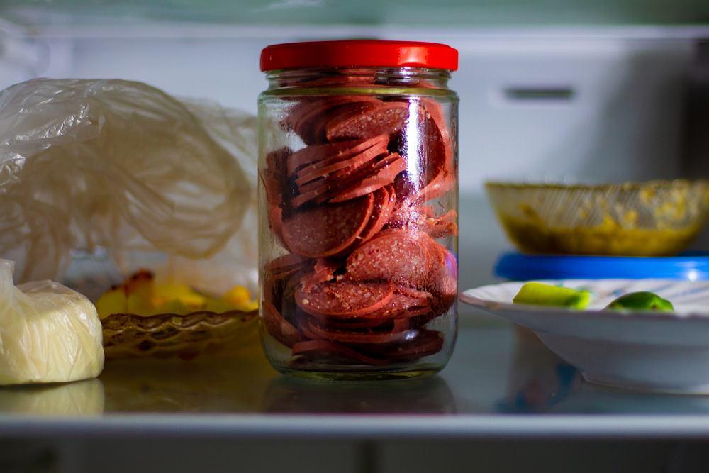 Wędlinę w lodówce możemy trzymać na przykład w słoiku