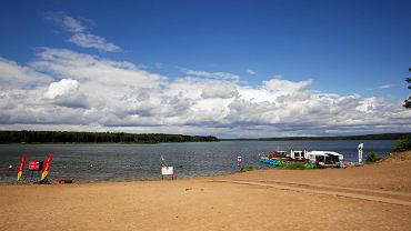 Plaża w Pieczyskach w dni powszednie jest przyjemnie pusta. W weekendy zjeżdżają tu przede wszystkim mieszkańcy Koronowa i Bydgoszczy