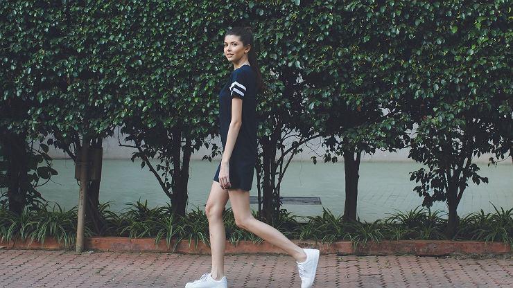 Zamiast intensywnych ćwiczeń, postanowiła przez 14 dni chodzić na spacery.