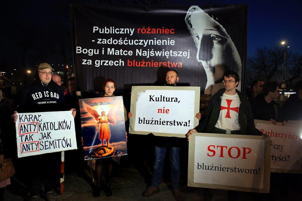 Pikieta połączona z modlitwą różańcową w ramach protestu przeciwko sztuce ''Klątwa'' w warszawskim Teatrze Powszechnym, marzec 2017 r.