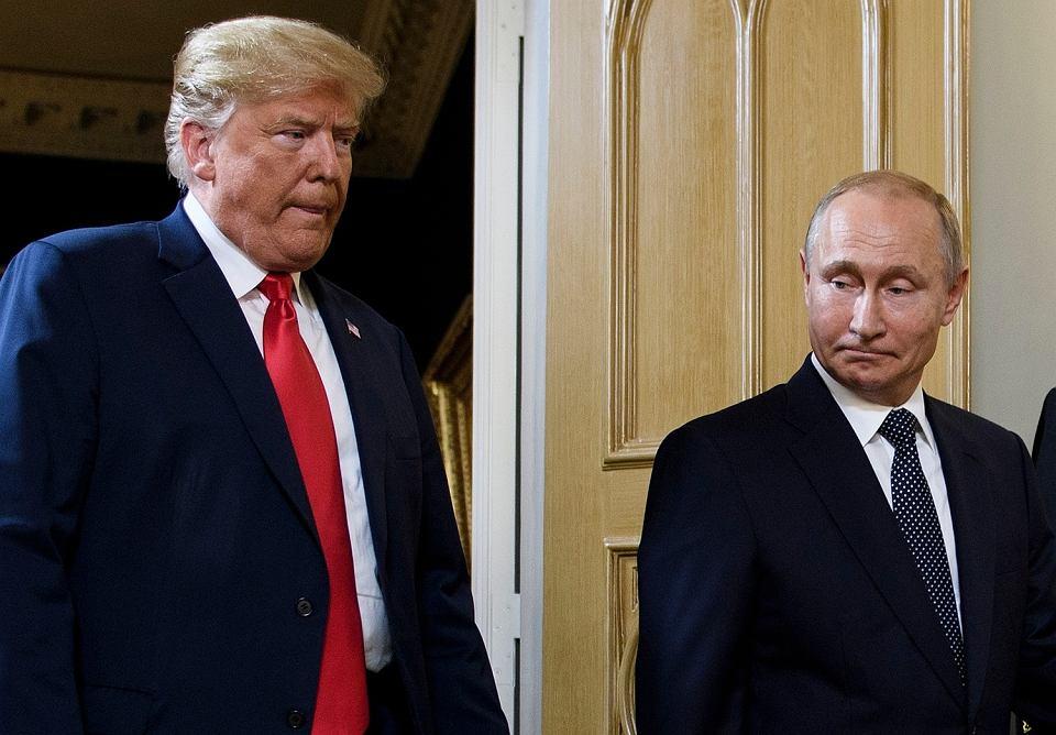 Prezydent USA Donald Trump oraz prezydent Rosji Władimir Putin podczas spotkania w Helsinkach.