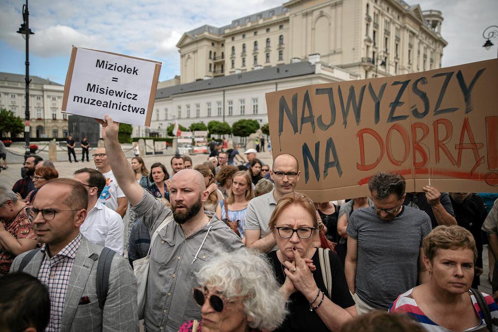Protest przeciwko dyrektorowi Muzeum Narodowego Jerzemu Miziołkowi