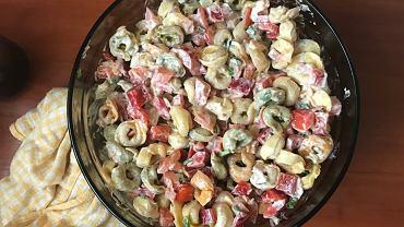 Tortellini to tradycyjne, niewielkie włoskie pierożki, które zazwyczaj nadziewa się grzybami, szpinakiem, mięsem lub serem.