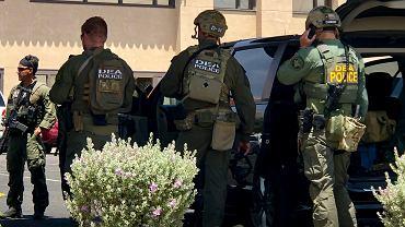 El Paso w stanie Teksas. Agenci służb federalnych przed centrum handlowym, w którym doszło do strzelaniny.