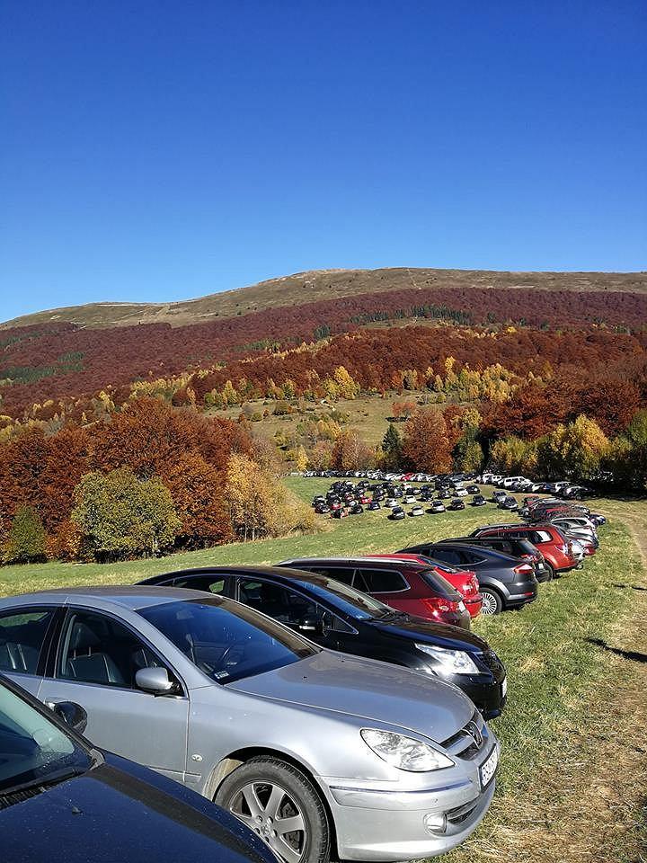 Samochody zaparkowane przed szlakiem w Bieszczadach