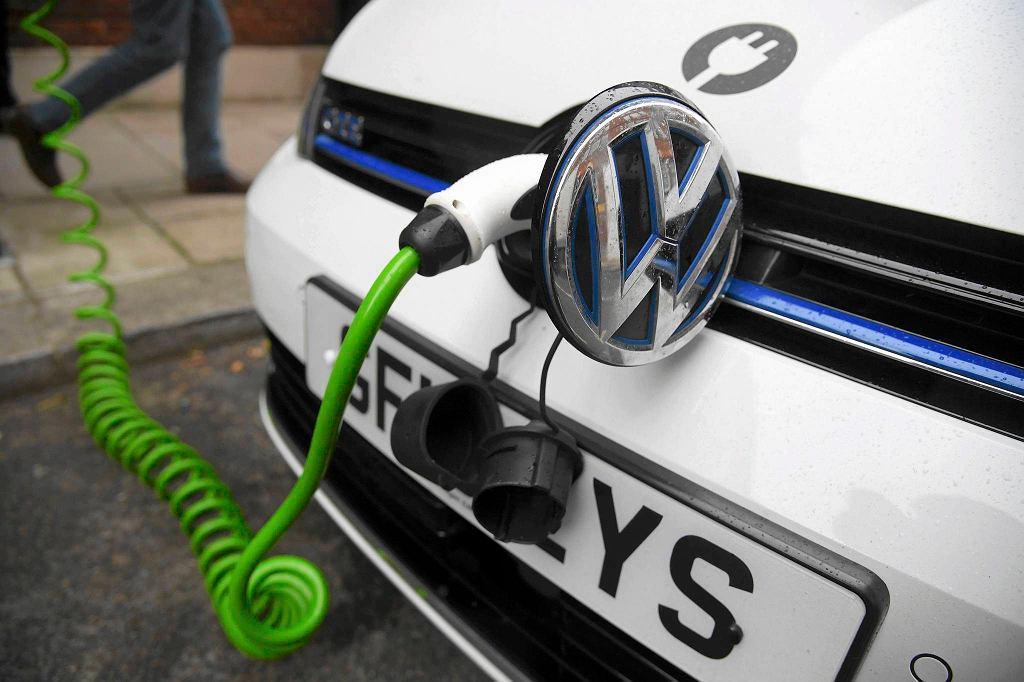 Ładowanie elektrycznego Volkswagena w Londynie