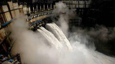 Trzecia co do wielkości hydroelektrownia na świecie - Xiluodu w Chinach - podczas budowy. Dzisiaj produkuje tyle prądu, że zaspokoiłaby jedną trzecią potrzeb Polski