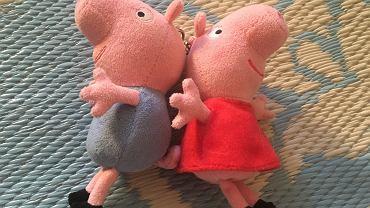 Świnka Peppa i jej brat George pojawiają się nie tylko na małym ekranie, możemy ich także spotkać w sklepie. Na przykład w formie pluszowych breloczków.