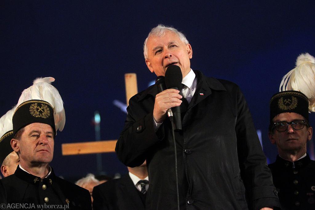 Jarosław Kaczyński przemawia pod Pałacem Prezydenckim