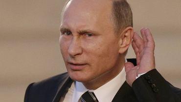 Władimir Putin przed Pałacem Elizejskim słucha pytań od dziennikarzy
