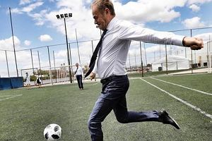 """Donald Tusk na G20 w Buenos Aires. Między spotkaniami wyskoczył na murawę """"haratać w gałę"""""""
